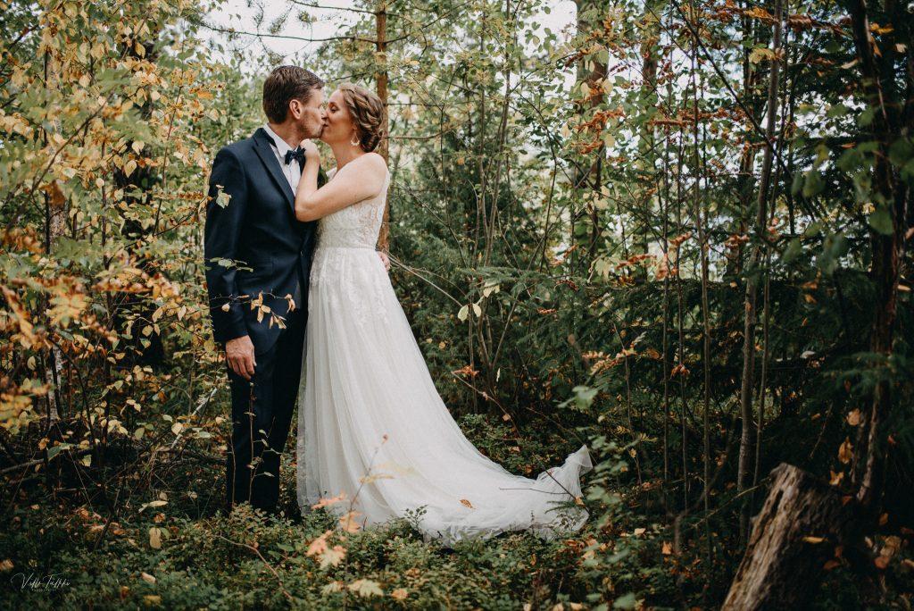 Hääkuva syksyisessä metsässä