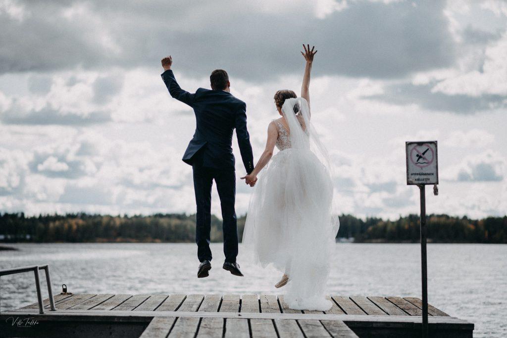 Hääkuva, hyppäys ilmaan laiturilla missä hyppääminen kielletty -kyltti