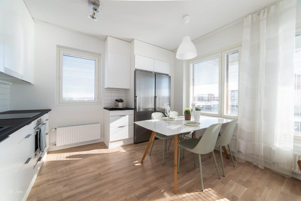 Kuva asunnon keittiöstä.