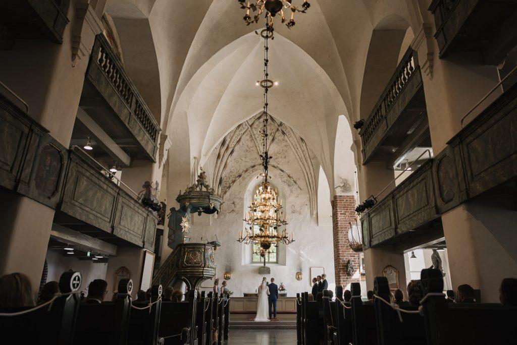 porvoon kirkko sisältä kohti alttaria. Hääpari alttarilla.